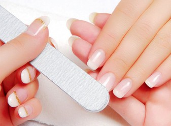 Tẩy trắng móng tay bằng